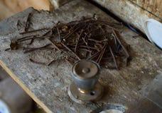 Οξυδωμένα καρφιά & doorknob Στοκ φωτογραφίες με δικαίωμα ελεύθερης χρήσης