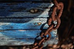 Οξυδωμένες αλυσίδες στην καρέκλα Στοκ Φωτογραφία