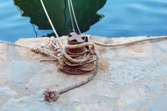 Οξυδωμένες βάρκες εκμετάλλευσης στυλίσκων στο λιμάνι της Ελλάδας Στοκ Εικόνες