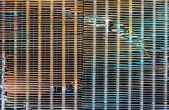 Οξυδωμένες σειρές μετάλλων υποβάθρου σύσταση σε μια παλαιά σχάρα αυτοκινήτων Στοκ Φωτογραφίες