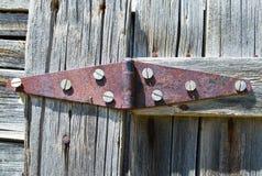 Οξυδωμένη διπλή άρθρωση στην ξύλινη πόρτα Στοκ εικόνες με δικαίωμα ελεύθερης χρήσης