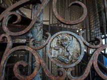 Οξυδωμένη πύλη σιδηρουργείων με το φτερωτό λιοντάρι της Βενετίας Στοκ Εικόνα