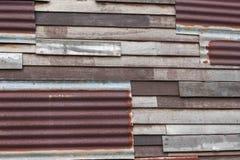 Οξυδωμένος γαλβανισμένος σίδηρος και ξύλινος τοίχος στοκ εικόνες