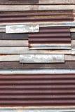 Οξυδωμένος γαλβανισμένος σίδηρος και ξύλινος τοίχος στοκ εικόνα