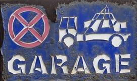 Οξυδωμένος και αποφλοίωση - κανένας χώρος στάθμευσης, ρυμούλκηση δεν υπογράφει μακριά Στοκ Φωτογραφία