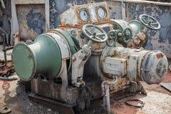 Οξυδωμένο βαρούλκο αγκύρων στο εγκαταλειμμένο σκάφος Στοκ Εικόνες