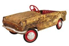 Οξυδωμένο και ξεπερασμένο εκλεκτής ποιότητας αυτοκίνητο παιχνιδιών που απομονώνεται στο λευκό Στοκ εικόνα με δικαίωμα ελεύθερης χρήσης