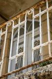 Οξυδωμένο κιγκλίδωμα χάλυβα στο παλαιό κτήριο Στοκ Εικόνες