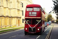 Οξφόρδη, UK - 13 Οκτωβρίου 2018: Κόκκινα εκλεκτής ποιότητας τουριστικά buss στην οδό στοκ εικόνα με δικαίωμα ελεύθερης χρήσης