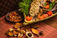 Οξύρρυγχος που διακοσμείται με το λεμόνι και τις ντομάτες σε ένα πράσινο πιάτο Στοκ φωτογραφίες με δικαίωμα ελεύθερης χρήσης