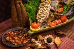 Οξύρρυγχος που διακοσμείται με το λεμόνι και τις ντομάτες σε ένα πράσινο πιάτο Στοκ Φωτογραφίες