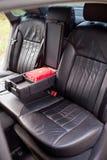 Οπίσθια καθίσματα δέρματος με armrest στο αυτοκίνητο πολυτέλειας Στοκ φωτογραφία με δικαίωμα ελεύθερης χρήσης