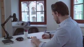 Οπίσθια πίσω άποψη σχετικά με το αρσενικό που γράφει την επιστολή απόθεμα βίντεο