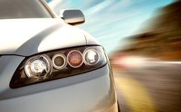 Οπίσθια πλάγια όψη ενός σπορ αυτοκίνητο στη θολωμένη κίνηση στοκ φωτογραφίες