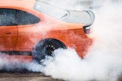 Οπίσθια ροδών καίγοντας ρόδα σπορ αυτοκίνητο κίνησης έξοχη για την προθέρμανση πριν από τον ανταγωνισμό για να αυξήσει τη θερμοκρ στοκ φωτογραφία με δικαίωμα ελεύθερης χρήσης