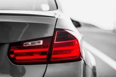 Οπίσθια φανάρια ενός αθλητικού αυτοκινήτου εικόνα γραπτή, οπίσθια φανάρια χρώματος μόνο στοκ εικόνες