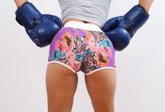 Οπίσθιος πυροβολισμός της όμορφης γυναίκας που φορά τα μπλε εγκιβωτίζοντας γάντια Στοκ Φωτογραφία