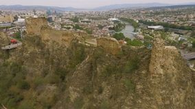 Οπίσθιο μέρος φρουρίων Narikala, διάσημη ιστορική έλξη στο Tbilisi, Γεωργία φιλμ μικρού μήκους