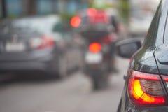 Οπίσθιο φανάρι ή οπίσθιος λαμπτήρας του αυτοκινήτου στην άποψη οδών κυκλοφορίας θαμπάδων backgr στοκ εικόνα με δικαίωμα ελεύθερης χρήσης