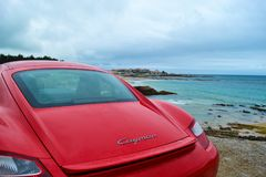 Οπίσθιο φως της κόκκινης Porsche Cayman 2 σπορ αυτοκίνητο 7, που σταθμεύουν σε FR στοκ φωτογραφίες