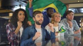 Οπαδοί αθλήματος με την ενισχυτική εθνική ομάδα σημαιών της Βραζιλίας, ευχαριστημένη από τη νίκη φιλμ μικρού μήκους