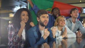 Οπαδοί αθλήματος με την πορτογαλική ενισχυτική εθνική ομάδα σημαιών, ευχαριστημένη από τη νίκη απόθεμα βίντεο
