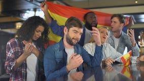 Οπαδοί αθλήματος που κυματίζουν την ισπανική σημαία, που υποστηρίζει τη εθνική ομάδα, που ανατρέπεται για την ήττα φιλμ μικρού μήκους