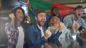 Οπαδοί αθλήματος που κυματίζουν την πορτογαλική σημαία, που υποστηρίζει τη εθνική ομάδα, νίκη εορτασμού απόθεμα βίντεο