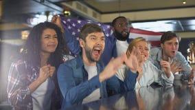 Οπαδοί αθλήματος που κυματίζουν τη αμερικανική σημαία, που υποστηρίζει τη εθνική ομάδα, που ανατρέπεται για την ήττα φιλμ μικρού μήκους