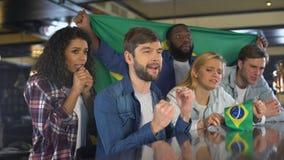Οπαδοί αθλήματος που κυματίζουν τη σημαία της Βραζιλίας, που υποστηρίζει τη εθνική ομάδα, που ανατρέπεται για την ήττα απόθεμα βίντεο