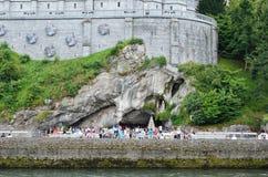 Οπαδοί και τουρίστες κοντά στο Grotto σε Lourdes Στοκ Φωτογραφία