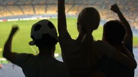 Οπαδοί ποδοσφαίρου που ανυψώνουν το κορίτσι, ευχαριστημένο από τη νίκη αντιστοιχιών, τις θετικές συγκινήσεις και τη χαρά απόθεμα βίντεο