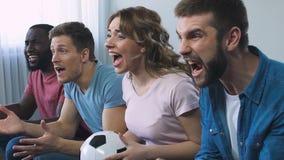 Οπαδοί ποδοσφαίρου που βρυχούνται για τη νίκη της αγαπημένης ομάδας στο πρωτάθλημα, αργός-Mo φιλμ μικρού μήκους