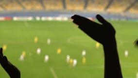 Οπαδοί ποδοσφαίρου που κυματίζουν τα χέρια, ενθαρρυντικά για τη εθνική ομάδα, παιχνίδι προσοχής στο στάδιο φιλμ μικρού μήκους