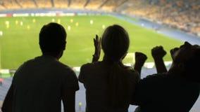 Οπαδοί ποδοσφαίρου την απελπισία και την απογοήτευση, που ανατρέπονται που εκφράζουν για την απώλεια του παιχνιδιού φιλμ μικρού μήκους