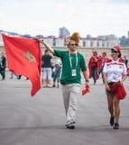 Οπαδοί ποδοσφαίρου του Μαρόκου στο Παγκόσμιο Κύπελλο της FIFA του 2018 στη Ρωσία με τη σημαία και το λιοντάρι ΚΑΠ στοκ φωτογραφίες με δικαίωμα ελεύθερης χρήσης