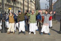 Οπαδοί Krishna που χορεύουν στην οδό Στοκ φωτογραφία με δικαίωμα ελεύθερης χρήσης