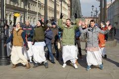 Οπαδοί Krishna που χορεύουν στην οδό Στοκ Φωτογραφία