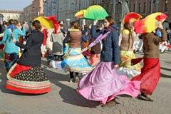 Οπαδοί Krishna που χορεύουν στην οδό Στοκ Εικόνες