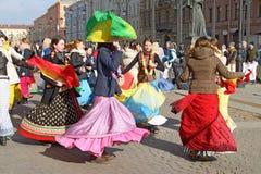 Οπαδοί Krishna που χορεύουν στην οδό Στοκ Εικόνα