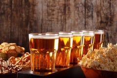 Οπαδός ποδοσφαίρου που τίθεται με την μπύρα και τα πρόχειρα φαγητά με το διάστημα για το κείμενο Στοκ Εικόνες