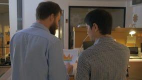 Οπισθοσκόποι δύο ανθρώπων συνάδελφοι επιχειρηματιών που περπατούν τη συζήτηση ομιλίας γραφείων απόθεμα βίντεο