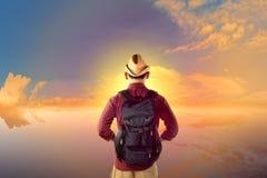 Οπισθοσκόπος ασιατικός ταξιδιώτης που εξετάζει την άποψη ηλιοβασιλέματος Στοκ Φωτογραφίες