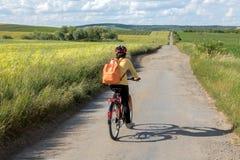 Οπισθοσκόπος γύρος ποδηλατών γυναικών στο ποδήλατο στο βρώμικο δρόμο στοκ φωτογραφίες με δικαίωμα ελεύθερης χρήσης