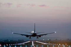Οπισθοσκόπος ενός αεροπλάνου που απογειώνεται από έναν διάδρομο σε έναν αερολιμένα στοκ εικόνα