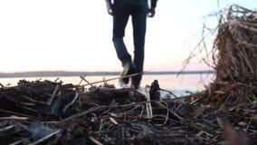 Οπισθοσκόπος ενός ατόμου που πηγαίνει στη λίμνη το φθινόπωρο στο υπόβαθρο ουρανού θαμπάδων ηλιοβασιλέματος Κλείστε επάνω για τη μ φιλμ μικρού μήκους