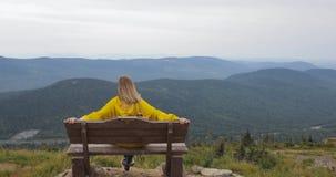 Οπισθοσκόπος ενός κοριτσιού πάνω από ένα βουνό, έννοια του τουρισμού φιλμ μικρού μήκους