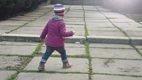 Οπισθοσκόπος ενός μικρού κοριτσιού που περπατά μακριά, πολύ ανεξάρτητο νέο κορίτσι κίνηση αργή φιλμ μικρού μήκους