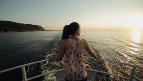 Οπισθοσκόπος ενός όμορφου κοριτσιού που στέκεται σε ένα τόξο του σκάφους που εξετάζει το όμορφο τοπίο των βουνών, ποταμός, ουρανό φιλμ μικρού μήκους