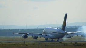 Οπισθοσκόπος ενός airbus A380-800 Luftansa που προσγειώνεται στον αερολιμένα της Φρανκφούρτης Αμ Μάιν απόθεμα βίντεο